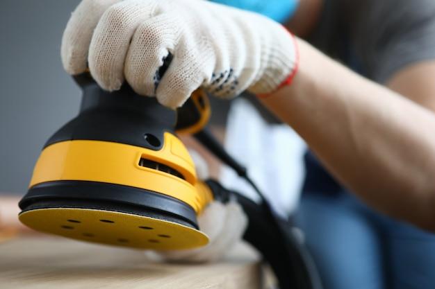 Carpentiere che lavora utilizzando le migliori attrezzature