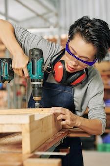 Carpentiere che lavora con un avvitatore a batteria