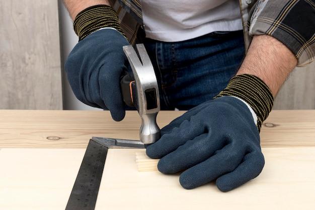 Falegname che lavora su legno nella sua bottega