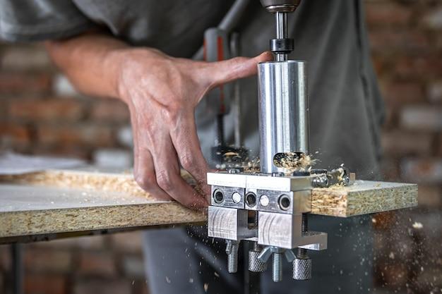 Il falegname funziona come uno strumento professionale per forare il legno.