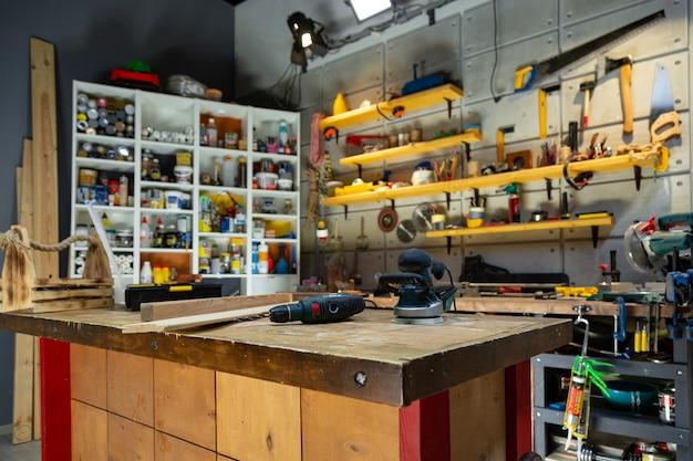 Officina di carpenteria dotata degli strumenti necessari