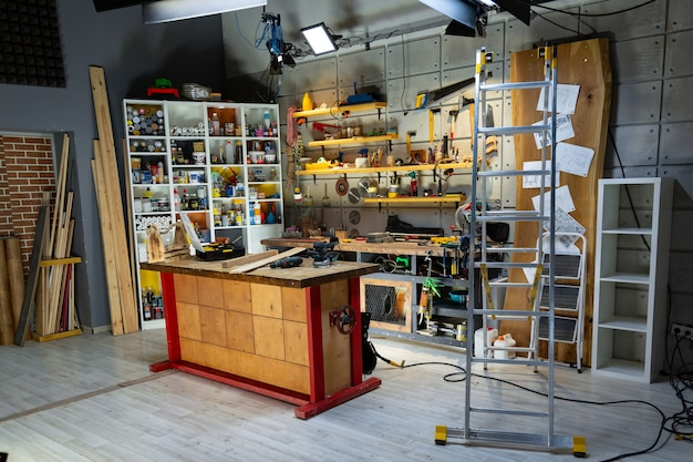 Officina di falegnameria attrezzata con gli strumenti necessari