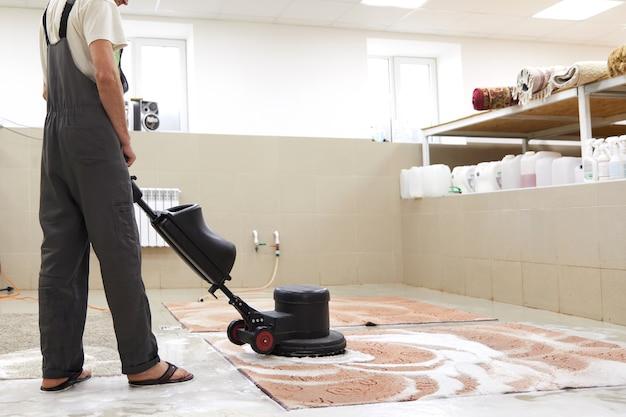 Pulizia chimica dei tappeti con macchina professionale a dischi. pulizia primaverile o pulizia regolare