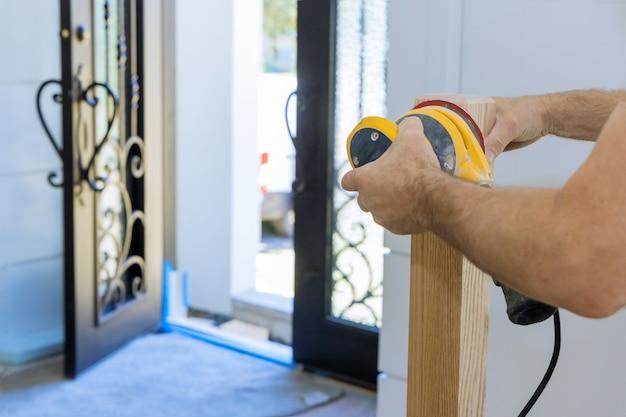 Moquette nella rifinitura del vano scala della ringhiera in una nuova ristrutturazione casa.
