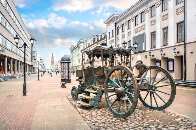 Una carrozza su bauman street a kazan tra antichi edifici e lanterne in una soleggiata giornata primaverile