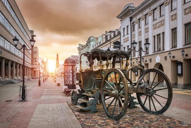 La carrozza in strada bauman e il sole mattutino a kazan