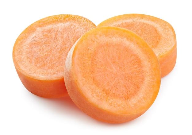 Pezzi di carota tagliati isolati. carota isolata su bianco