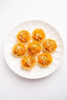 Tartine di carote o gajar halwa o tartine o fusion crot, guarnite con frutta secca. dolce indiano