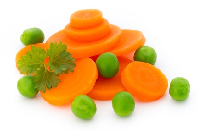 Fetta di carota, piselli, isolato su bianco.