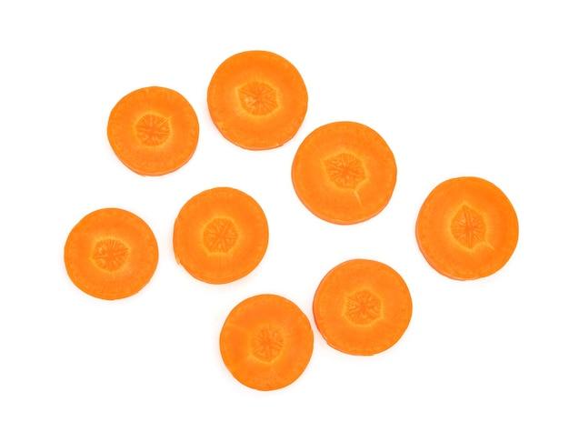 Fetta di carota isolata su bianco