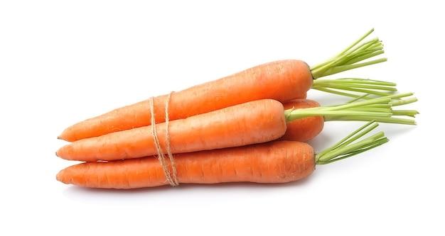 Radice di carote isolata su bianco