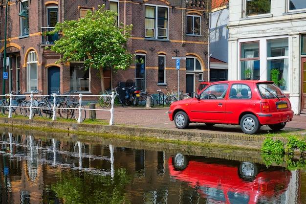 Automobili sull'argine del canale in via di delft paesi bassi delft
