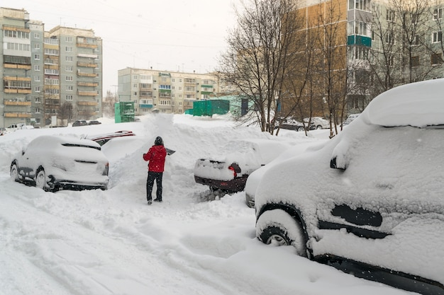 Auto coperte di neve dopo una bufera di neve invernale