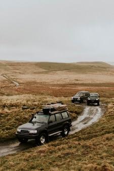Auto che attraversano il percorso fuoristrada