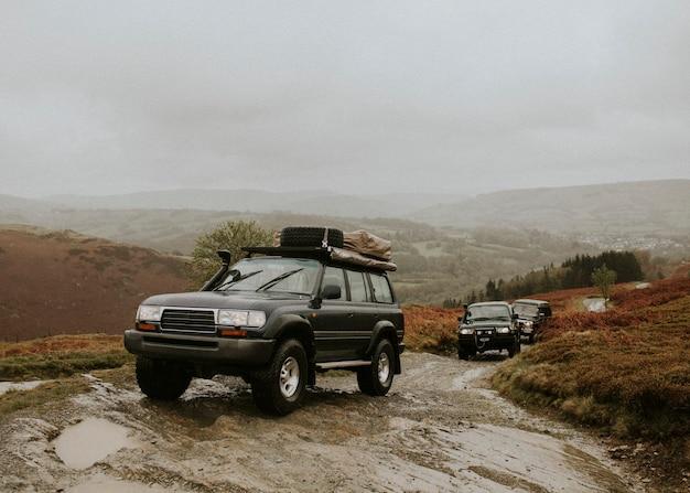 Auto che attraversano il sentiero fuoristrada
