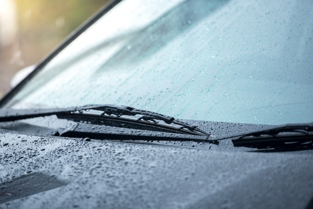 Le auto parcheggiate sotto la pioggia nella stagione delle piogge e hanno un sistema di tergicristalli per pulire il parabrezza dal parabrezza
