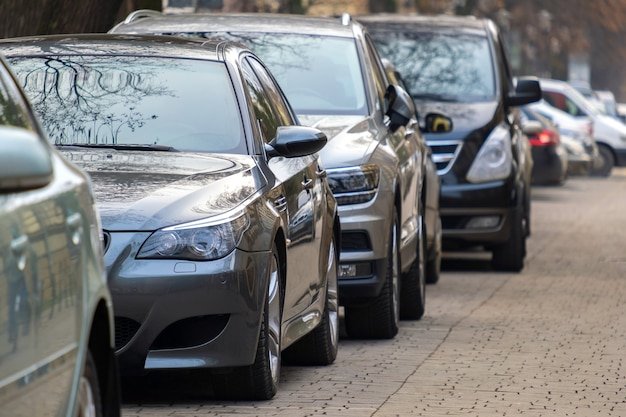Auto parcheggiate in fila sul lato di una strada cittadina.