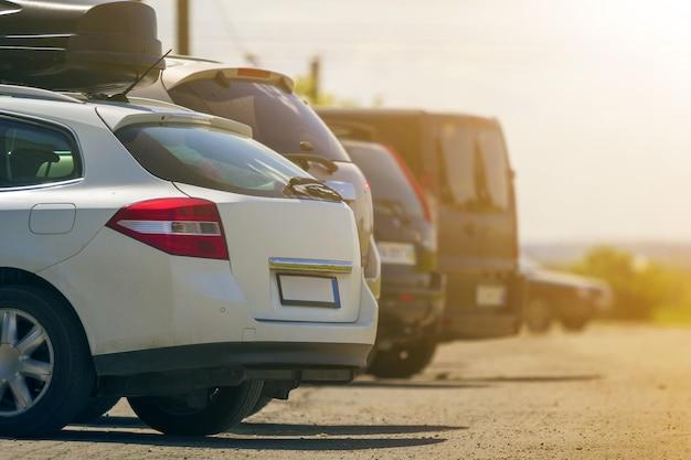 Auto parcheggiate in una strada
