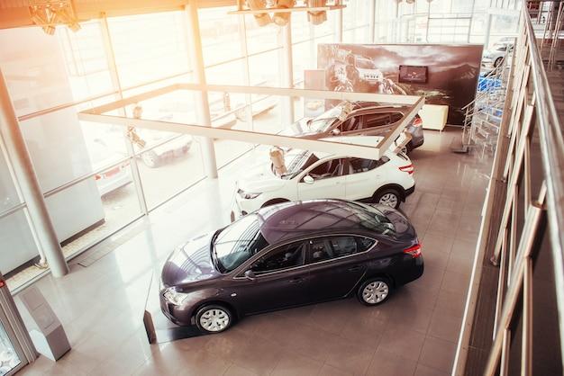 Auto nello showroom della mostra