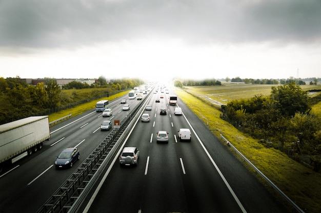 Auto che viaggiano in autostrada