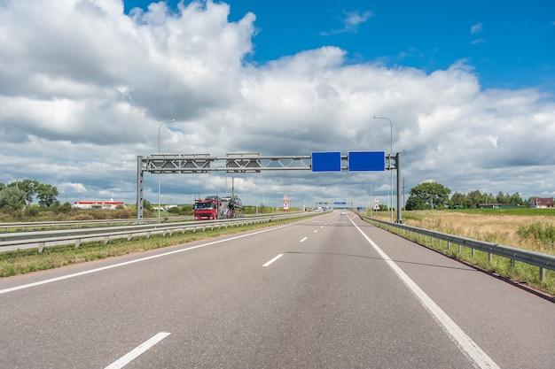 Auto e camion in autostrada, accesso rapido a qualsiasi parte del mondo