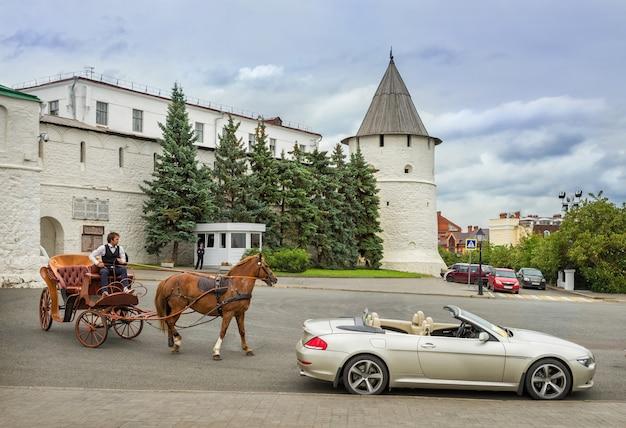 Il carro con cavallo e calesse vicino al cremlino di kazan