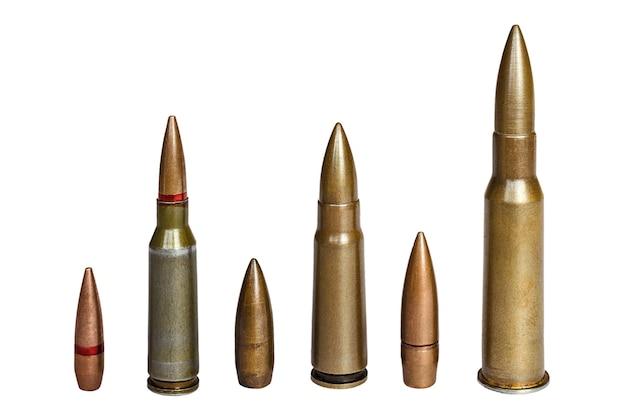 Cartucce e proiettile di fucile d'assalto e mitragliatrice di calibro 762 su superficie bianca