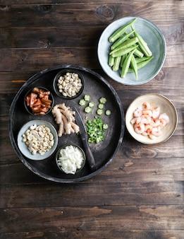 Caruru ingredientes, piatto tradizionale afro-brasiliano a base di gombo e gamberi secchi, pomodori, anacardi e arachidi