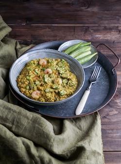 Caruru, piatto tradizionale afro-brasiliano a base di gombo e gamberi secchi, pomodori, anacardi e arachidi