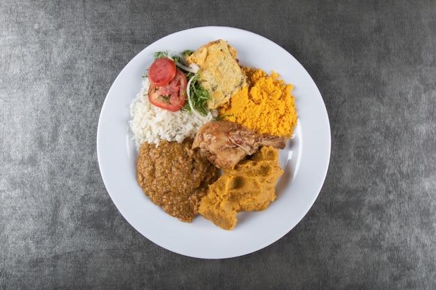 Caruru tipico cibo brasiliano di bahia con vista dall'alto.
