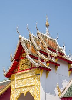 Stile tailandese floreale intagliato sul frontone della chiesa tailandese