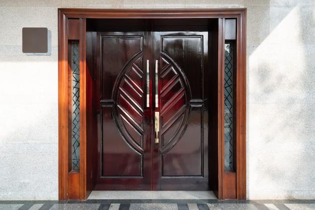 Porta in legno massello intagliato per l'ingresso dell'edificio