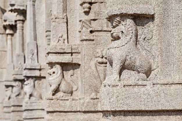 Scolpendo sul tempio