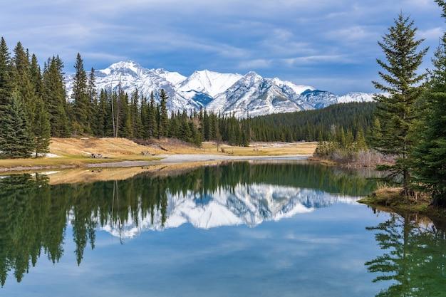 Parco di stagni a cascata in autunno innevato mount astley riflessione sull'acqua parco nazionale di banff