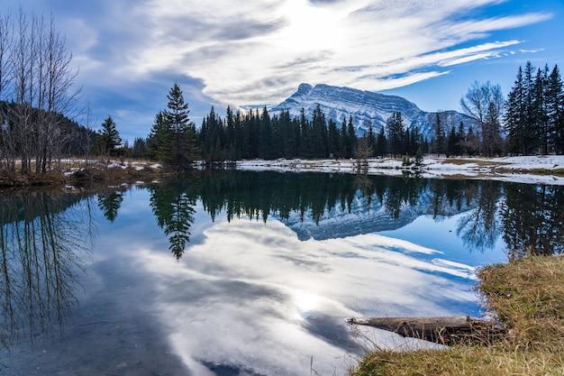 Parco di stagni a cascata in autunno innevato mount rundle riflessione sulla superficie del parco nazionale di banff