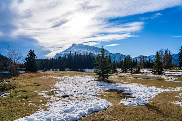 Cascade ponds park in autunno giornata di sole parco nazionale di banff canadian rockies alberta canada