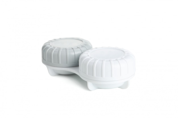 Custodia per lenti a contatto isolata sulla superficie bianca, da vicino