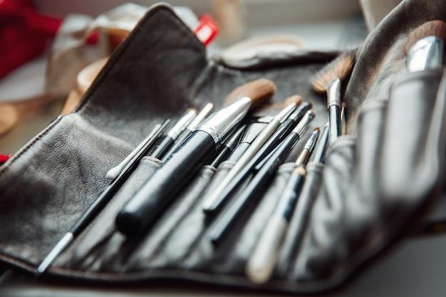 Caso truccatore. un set di spazzole. strumenti make-up artist in una scatola di pelle