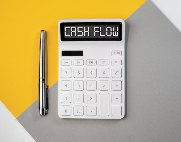 Flusso di cassa, iscrizione parola flusso di cassa sulla calcolatrice.
