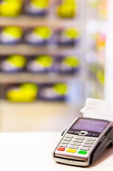 Terminale pos registratore di cassa per i pagamenti in un primo piano del negozio