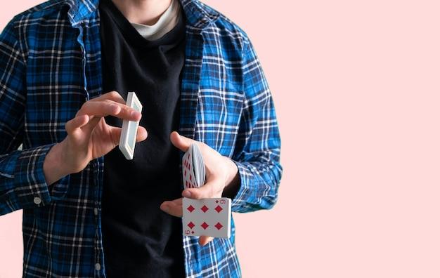 Un commerciante di casinò che scuote il gioco d'azzardo del banco delle carte e vince il concetto di successo