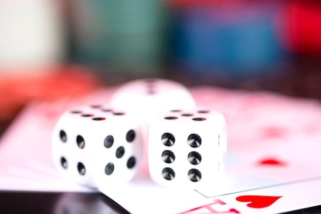 I dadi del casinò si trovano sulle carte da poker