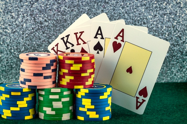 Fiches colorate e carte da poker del gioco del casinò