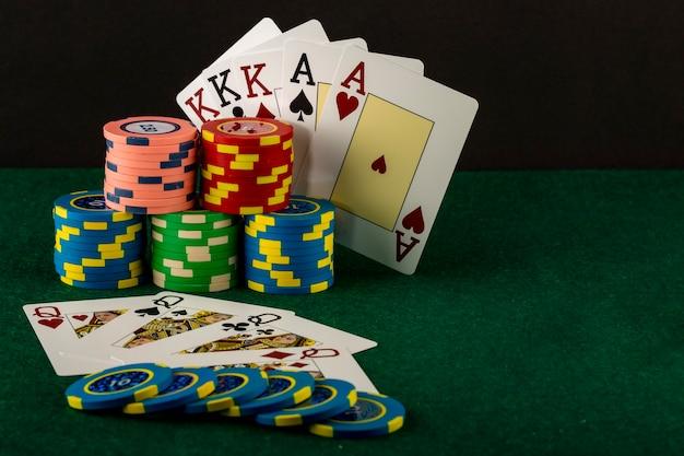 Carte da poker e fiches del gioco del casinò