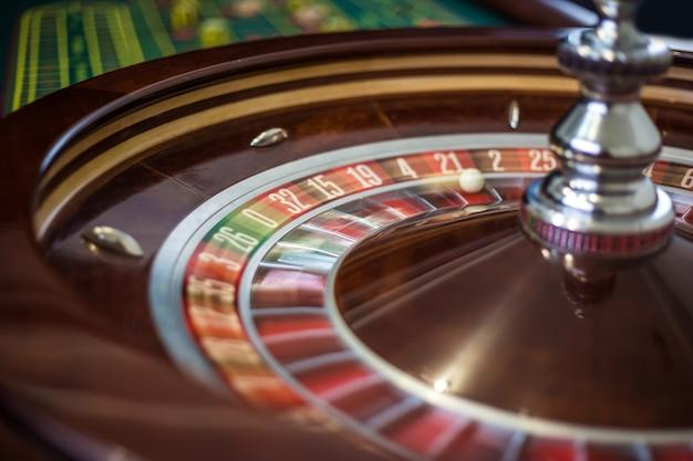 Ruota della roulette del casinò con settore rosso ventuno e pallina