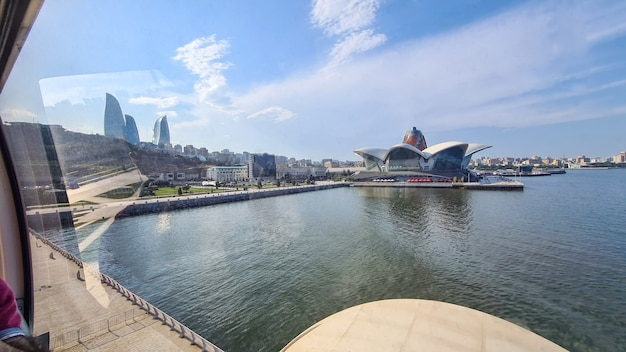 Caspian waterfront mall, mar caspio, vista dall'alto da baku eye, ruota panoramica