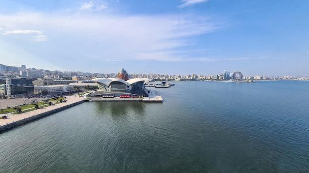 Caspian waterfront mall, vista dall'alto del mar caspio dalla ruota panoramica di baku