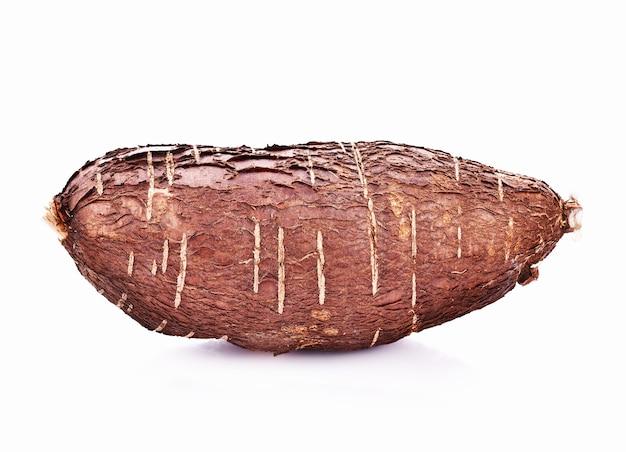 Radice di manioca isolata su sfondo bianco