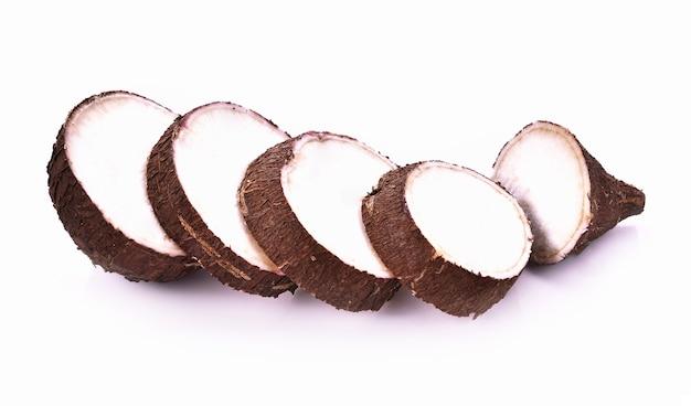 Radice di manioca su sfondo bianco