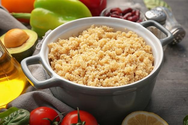 Casseruola con quinoa cotta sul tavolo della cucina